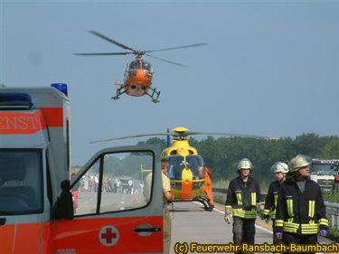 Christoph 23 beim Start von der Autobahn nach einem schweren Verkehrsunfall